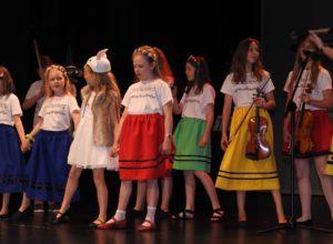 Występ artystyczny dzieci podczas uroczystego zakończenia roku edukacji ekologicznej