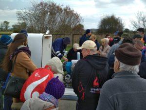 Uczestnicy podczas zwiedzanai terenu stacji ujmowania wody Reda w Redzie